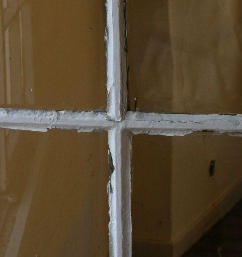 einfach verglastes Sprossenfenster mit bröckeligem Fensterkitt